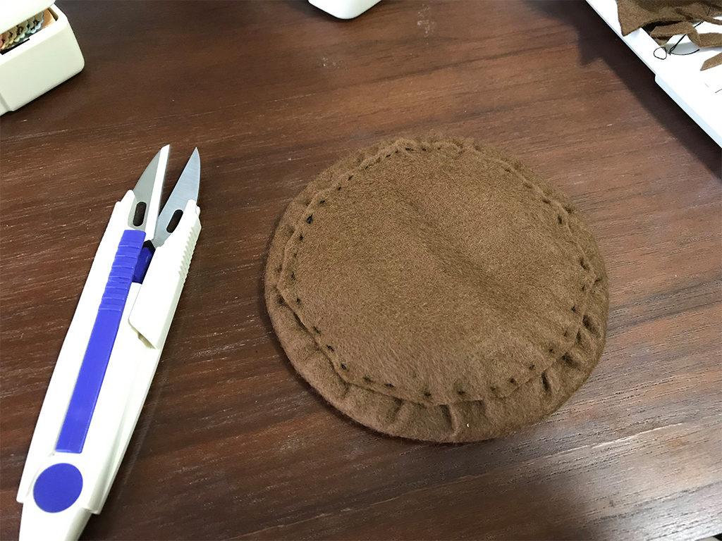 ミニハットの作り方07_布を当てて仕上げた型紙裏面