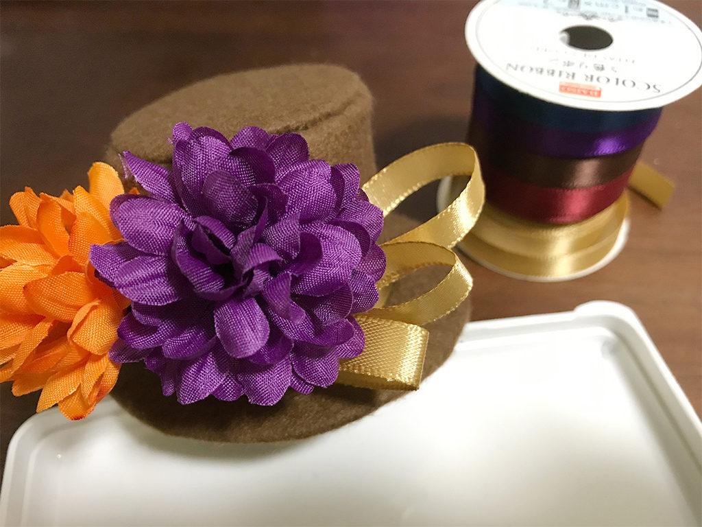 ミニハットの作り方11_造花とリボンを足したところ