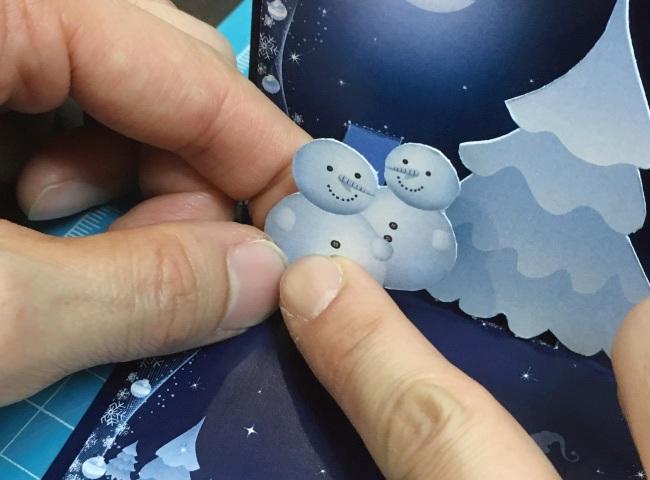 ポップアップカードの作り方07_ボードにスノーマンを貼り付ける