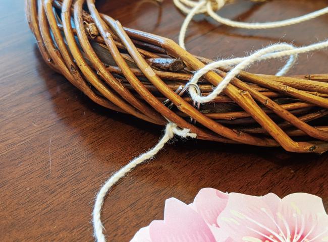 桜のモビールの作り方06_糸を通すためリースにとりつけた針金