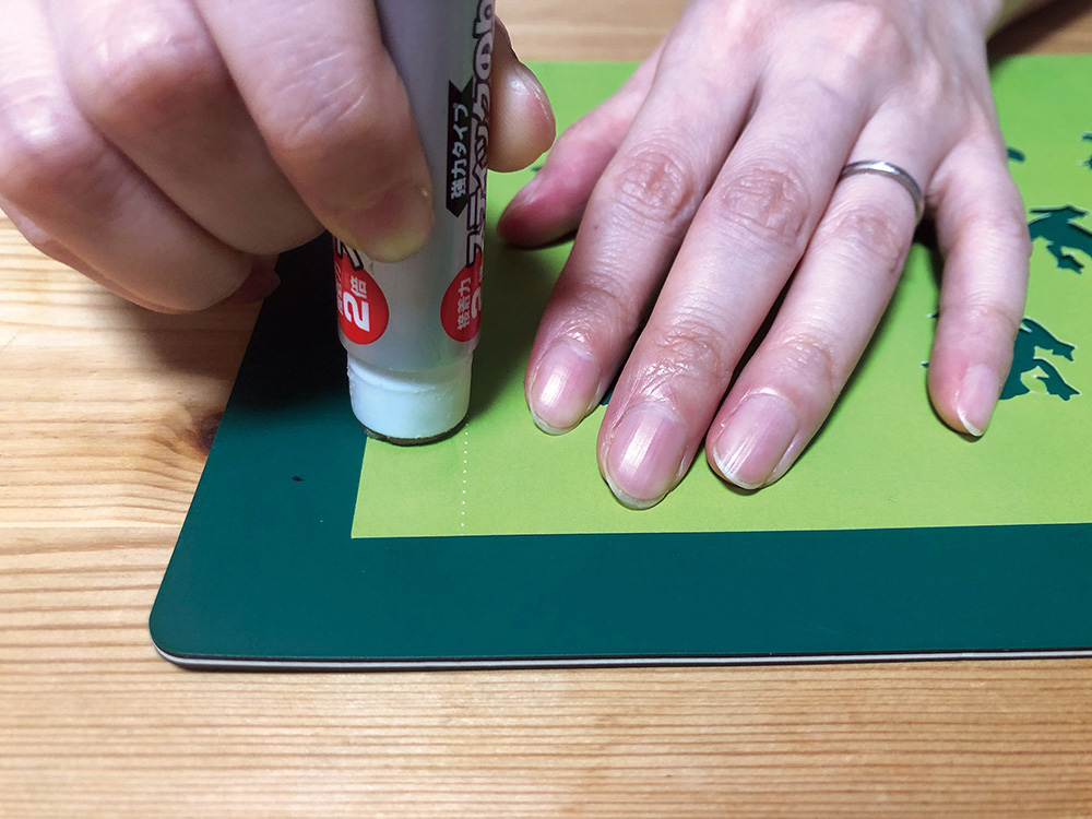 切り絵照明06_のりを塗る